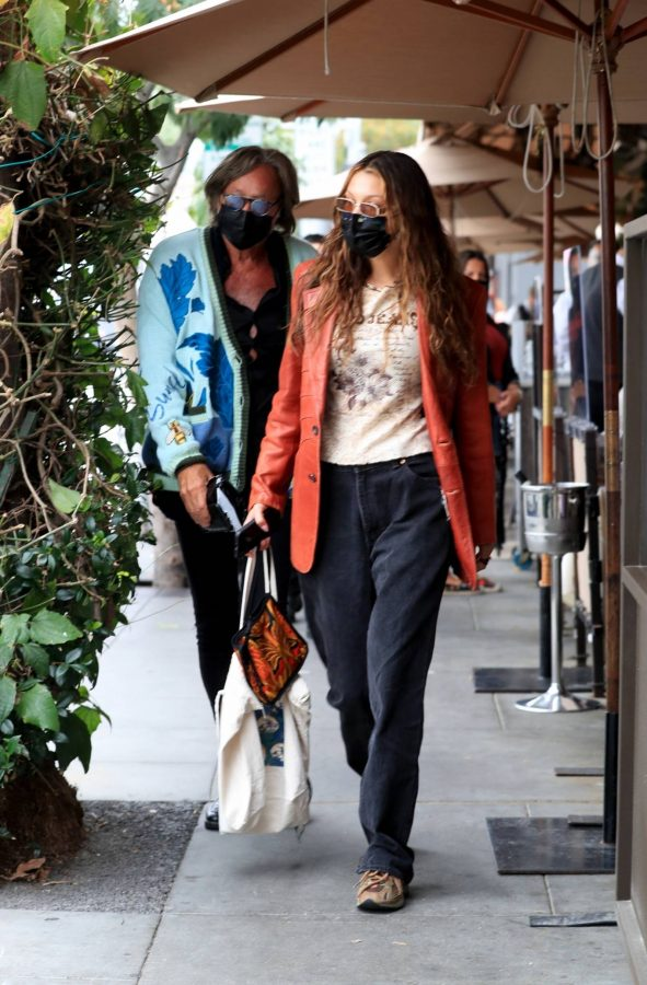 Bella Hadid Spotted with her dad at Il Pastaio in Beverly Hills 02