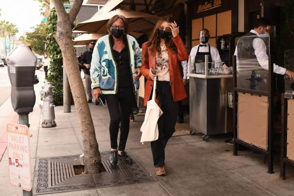 Bella Hadid Spotted with her dad at Il Pastaio in Beverly Hills 03