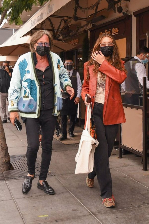 Bella Hadid Spotted with her dad at Il Pastaio in Beverly Hills 04