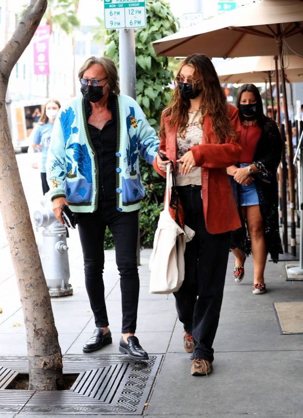 Bella Hadid Spotted with her dad at Il Pastaio in Beverly Hills 05
