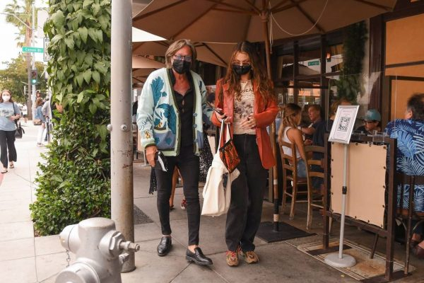 Bella Hadid Spotted with her dad at Il Pastaio in Beverly Hills 07