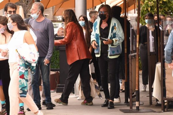 Bella Hadid Spotted with her dad at Il Pastaio in Beverly Hills 08