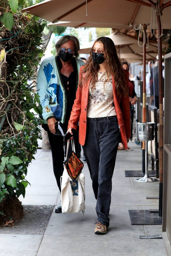 Bella Hadid Spotted with her dad at Il Pastaio in Beverly Hills 10