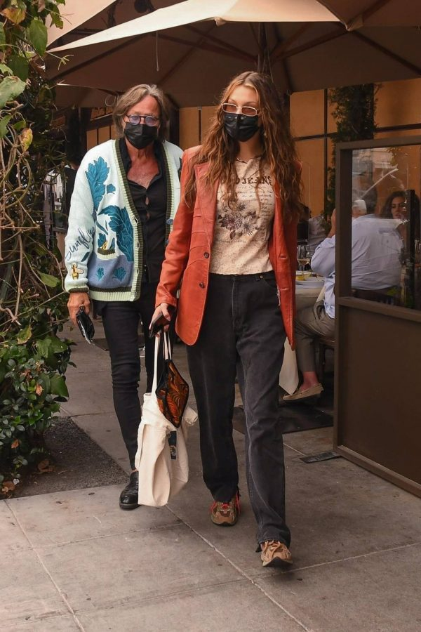 Bella Hadid Spotted with her dad at Il Pastaio in Beverly Hills 13