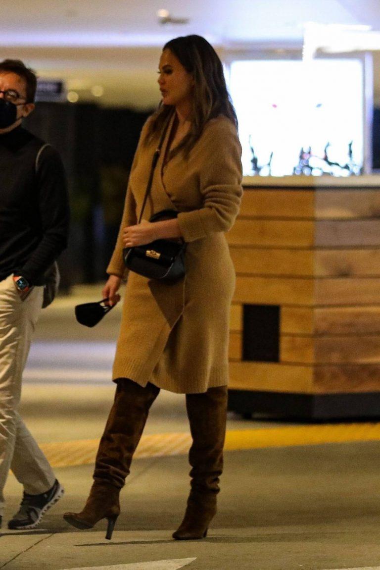 Chrissy Teigen Outside Eataly Restaurant in LA 01