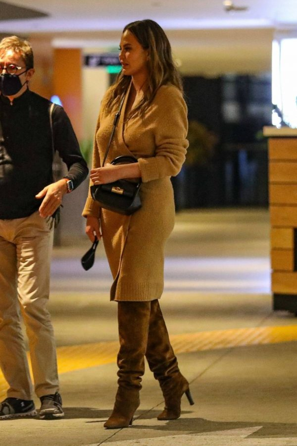 Chrissy Teigen Outside Eataly Restaurant in LA 02