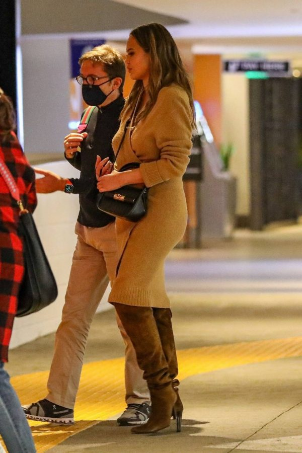 Chrissy Teigen Outside Eataly Restaurant in LA 03