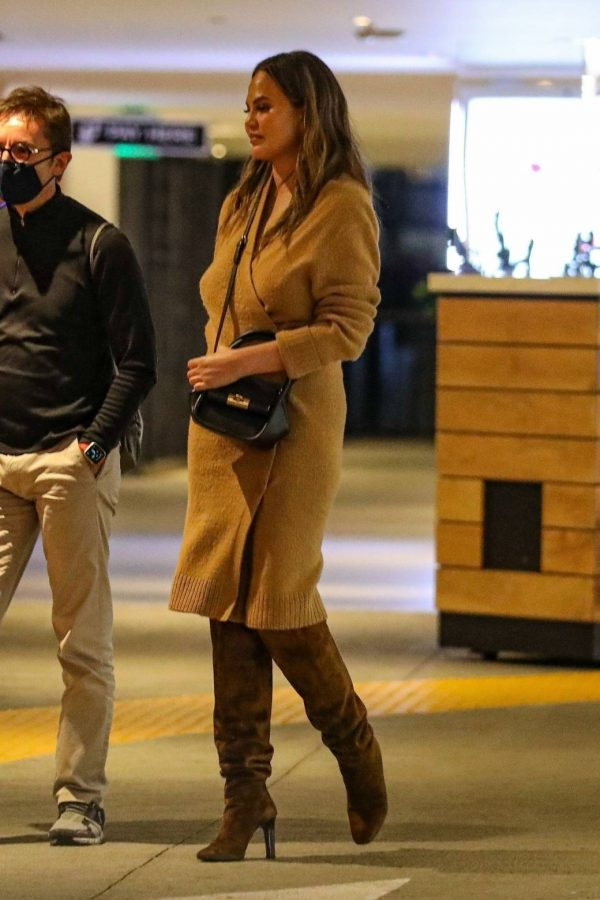 Chrissy Teigen Outside Eataly Restaurant in LA 06