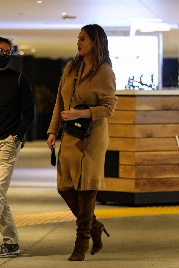Chrissy Teigen Outside Eataly Restaurant in LA 07