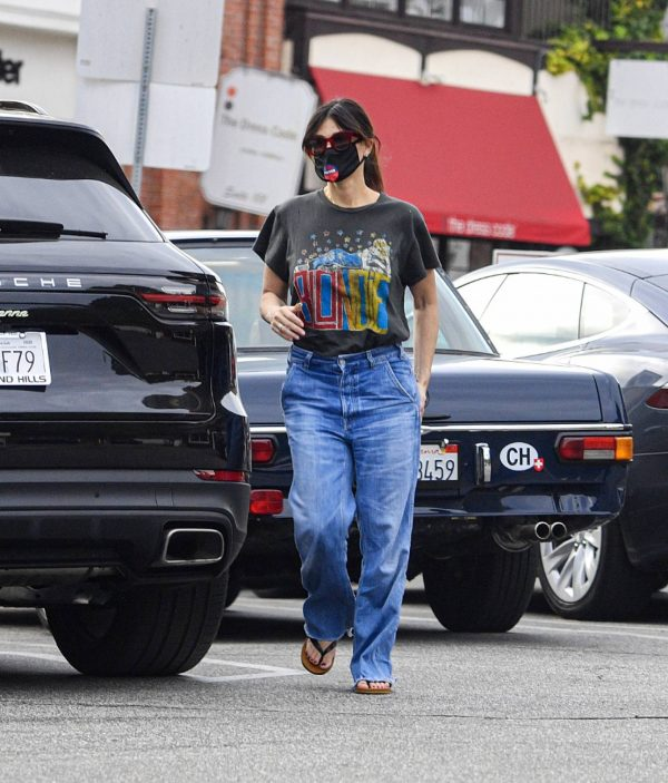 Idina Menzel In loose jeans seen at Sweet Rose Creamery in Brentwood 02