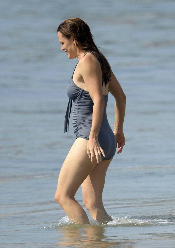 Jennifer Garner Swimsuit candids at the beach in Malibu 05
