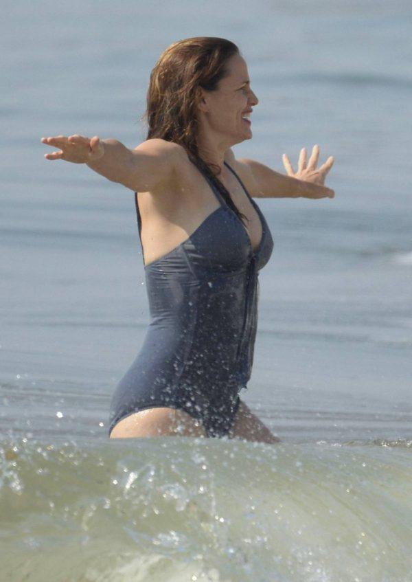 Jennifer Garner Swimsuit candids at the beach in Malibu 08