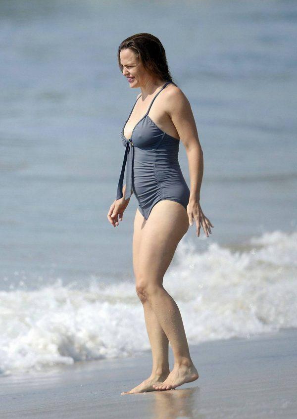 Jennifer Garner Swimsuit candids at the beach in Malibu 13