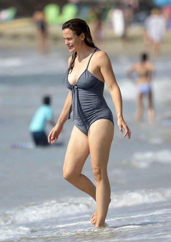 Jennifer Garner Swimsuit candids at the beach in Malibu 15