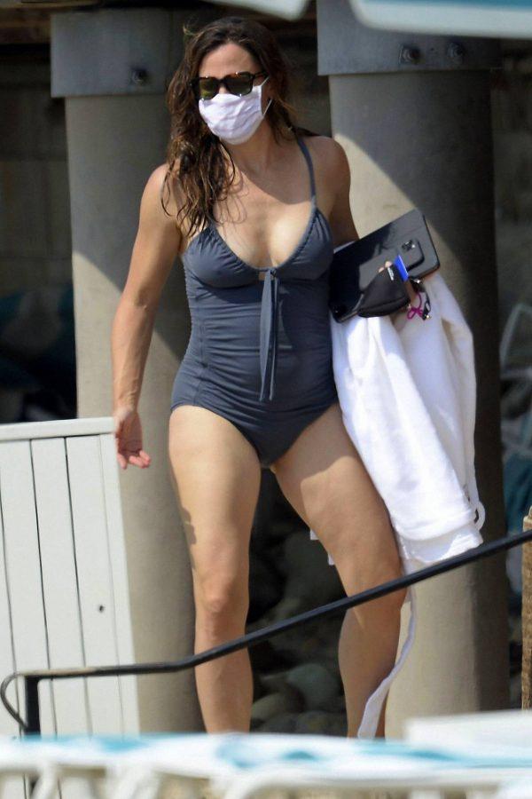 Jennifer Garner Swimsuit candids at the beach in Malibu 17