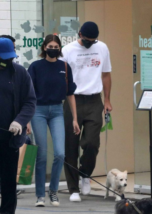 Kaia Gerber and Jacob Elordi shop at Healthy Spot with Kaias dog Milo 03