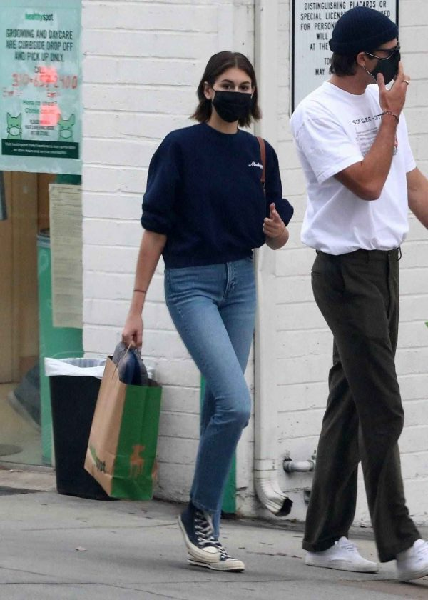 Kaia Gerber and Jacob Elordi shop at Healthy Spot with Kaias dog Milo 06