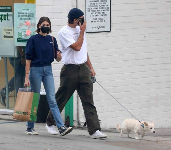Kaia Gerber and Jacob Elordi shop at Healthy Spot with Kaias dog Milo 09