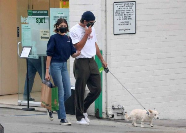 Kaia Gerber and Jacob Elordi shop at Healthy Spot with Kaias dog Milo 10
