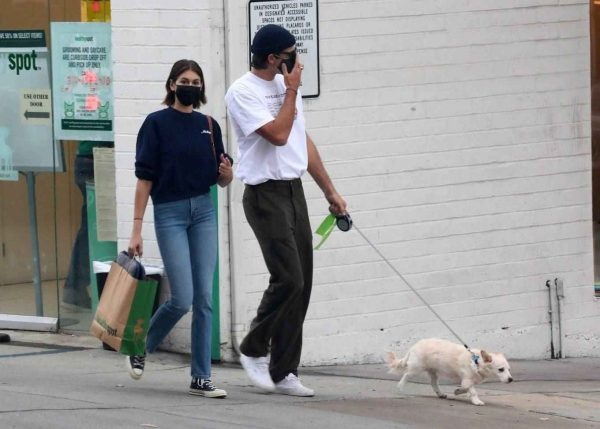 Kaia Gerber and Jacob Elordi shop at Healthy Spot with Kaias dog Milo 13