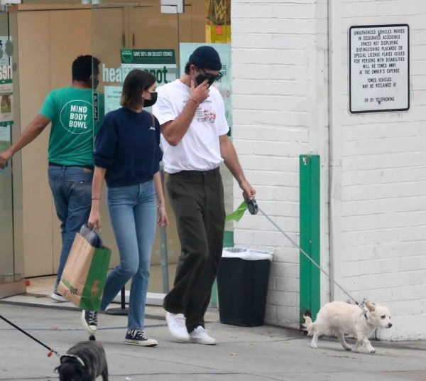 Kaia Gerber and Jacob Elordi shop at Healthy Spot with Kaias dog Milo 15