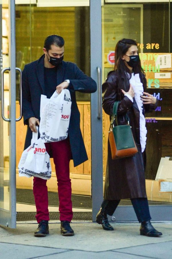 Katie Holmes Shopping candids at a paint store in New York 03
