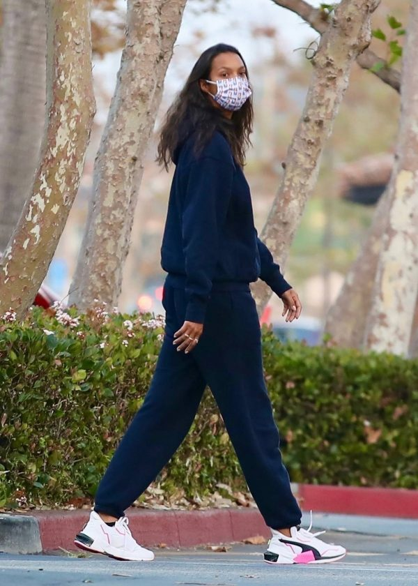 Lais Ribeiro Shopping at the market in Malibu 06