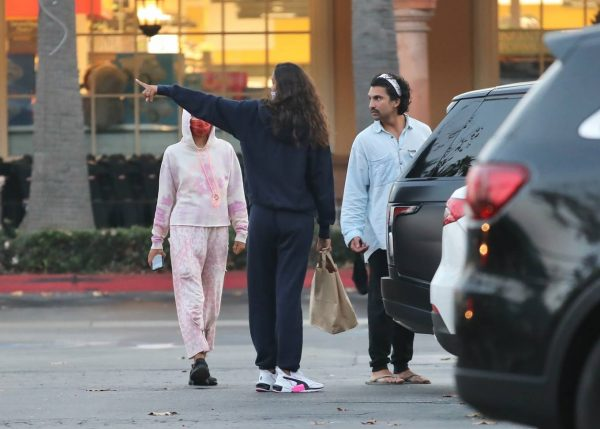 Lais Ribeiro Shopping at the market in Malibu 14