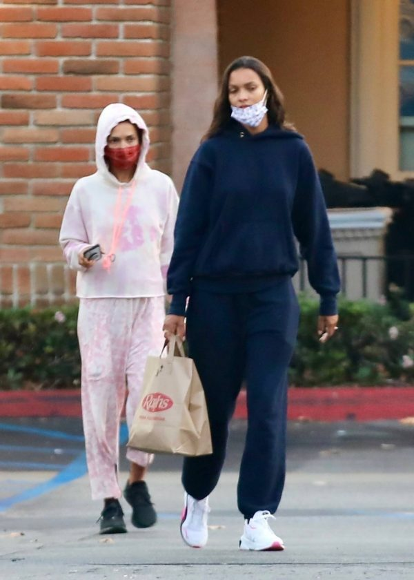 Lais Ribeiro Shopping at the market in Malibu 16
