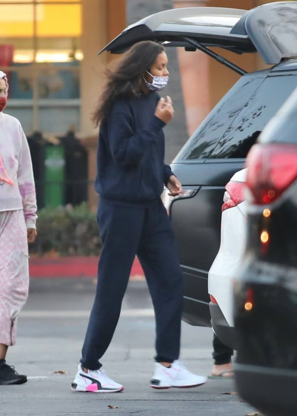Lais Ribeiro Shopping at the market in Malibu 17