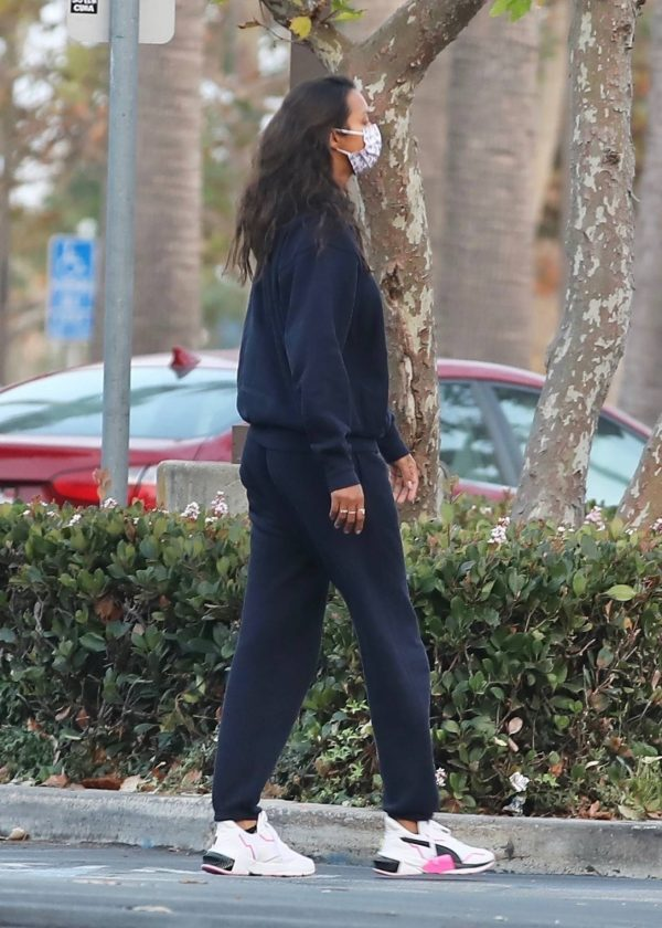 Lais Ribeiro Shopping at the market in Malibu 19