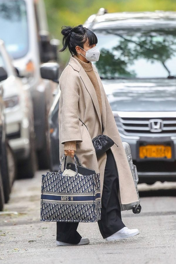 Lily Allen Carrying a Dior bag with 05