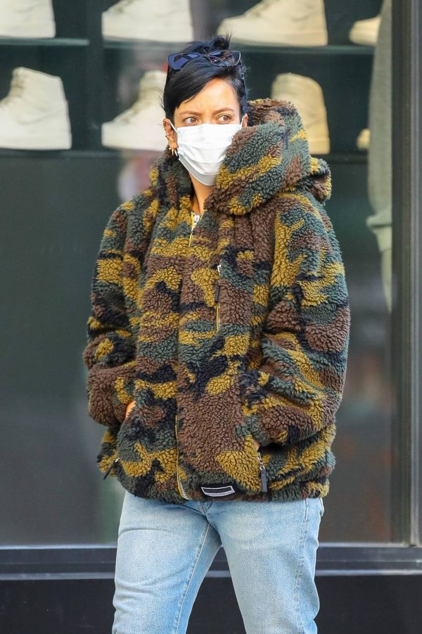 Lily Allen Stops by a local Manhattan bakery in New York 01