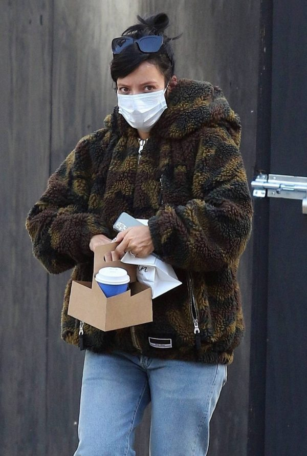 Lily Allen Stops by a local Manhattan bakery in New York 02