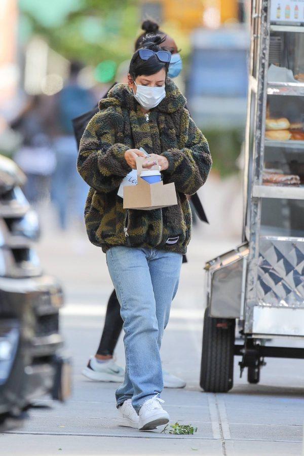 Lily Allen Stops by a local Manhattan bakery in New York 03