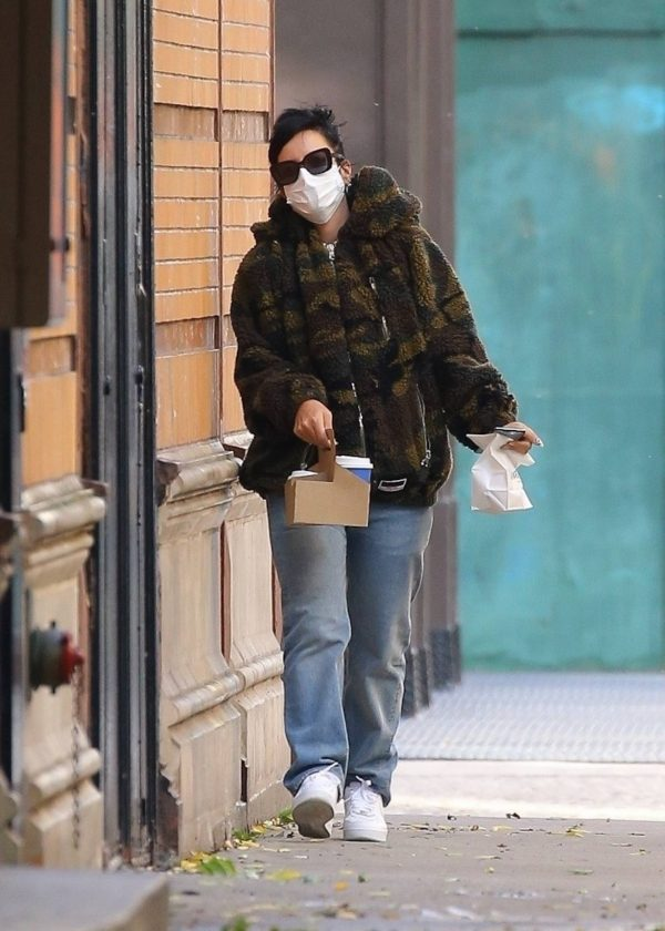 Lily Allen Stops by a local Manhattan bakery in New York 05