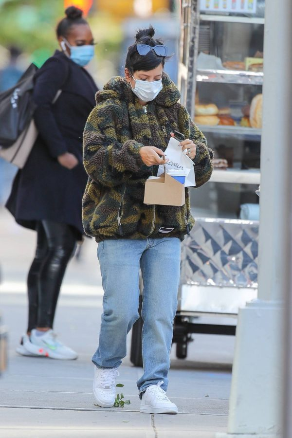 Lily Allen Stops by a local Manhattan bakery in New York 06