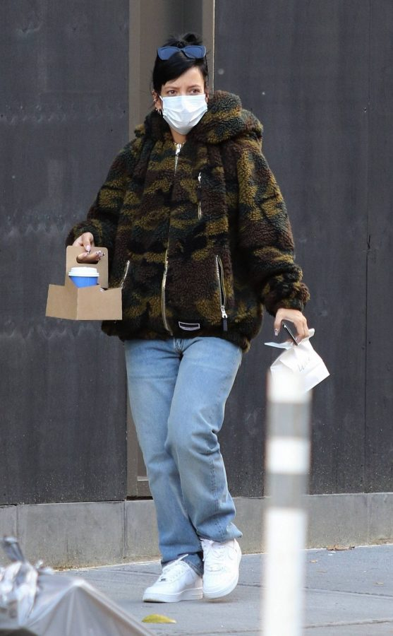 Lily Allen Stops by a local Manhattan bakery in New York 07