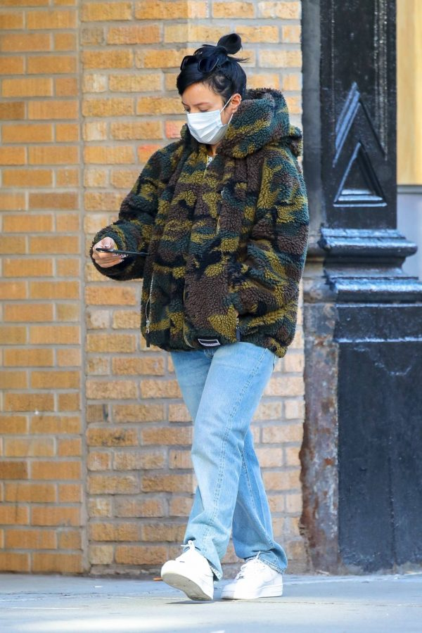 Lily Allen Stops by a local Manhattan bakery in New York 08