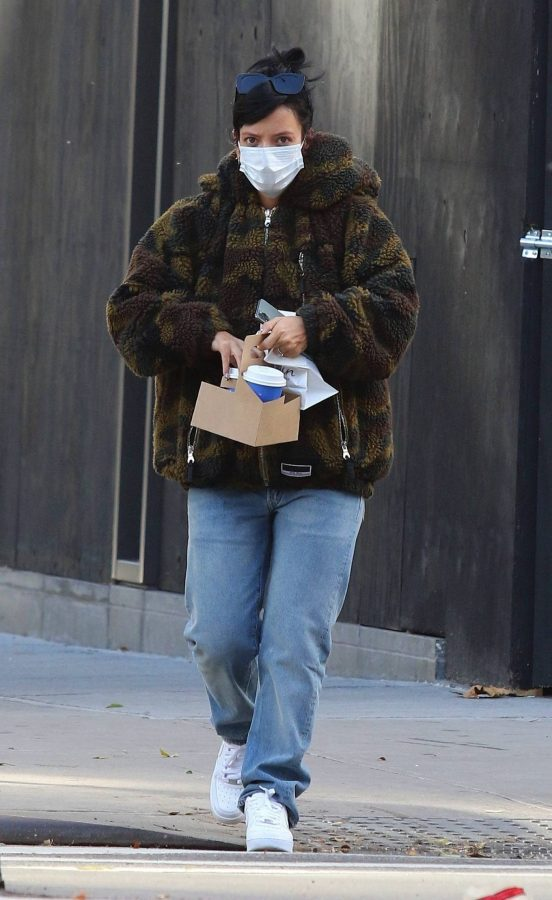Lily Allen Stops by a local Manhattan bakery in New York 10