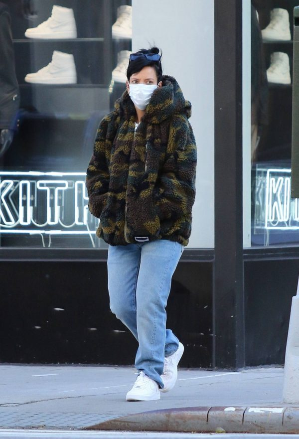Lily Allen Stops by a local Manhattan bakery in New York 12