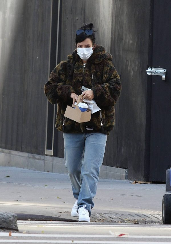 Lily Allen Stops by a local Manhattan bakery in New York 15
