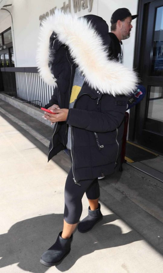Mindy Kaling Seen at LAX Airport in Los Angeles 05