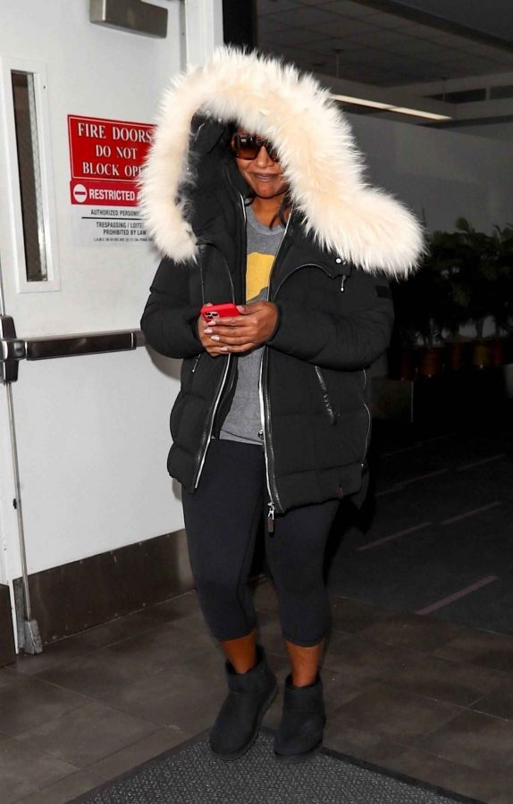 Mindy Kaling Seen at LAX Airport in Los Angeles 10