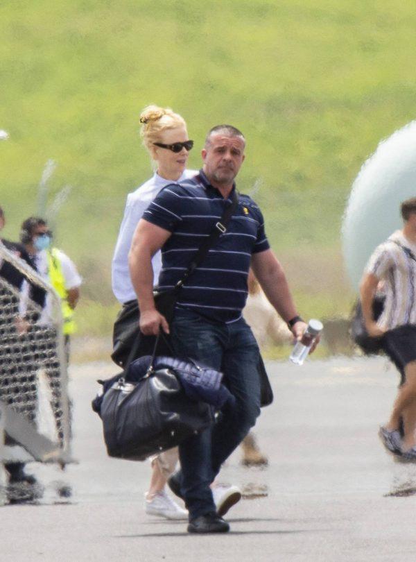 Nicole Kidman flying to Byron Bay 06