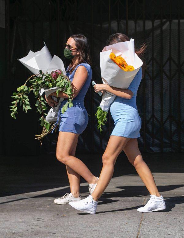 Pregnant Emily Ratajkowski Seen at a flower market in Los Angeles 14