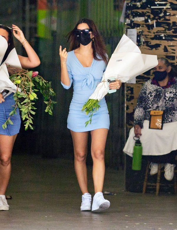 Pregnant Emily Ratajkowski Seen at a flower market in Los Angeles 16