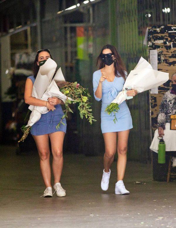 Pregnant Emily Ratajkowski Seen at a flower market in Los Angeles 20