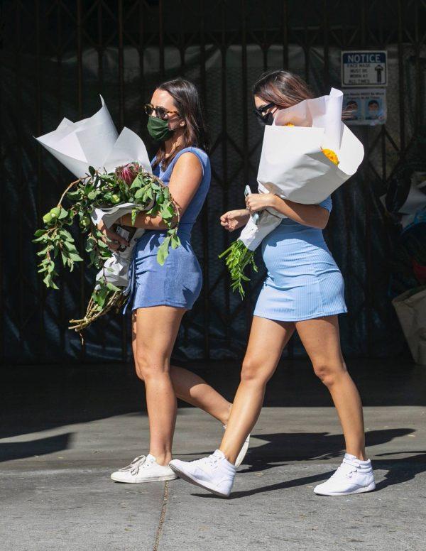 Pregnant Emily Ratajkowski Seen at a flower market in Los Angeles 28