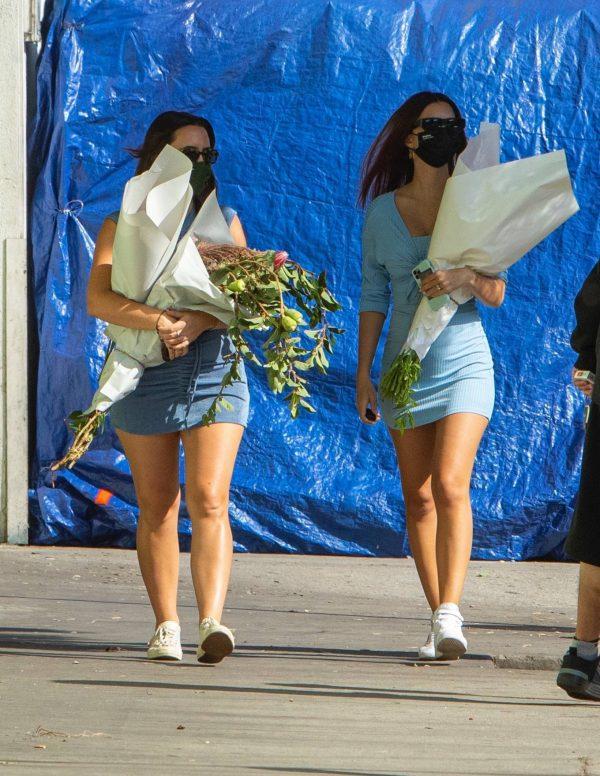 Pregnant Emily Ratajkowski Seen at a flower market in Los Angeles 33